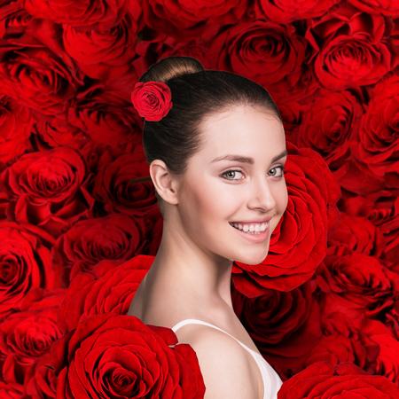mujer con rosas: Cara de la mujer hermosa en el fondo rojo de las rosas
