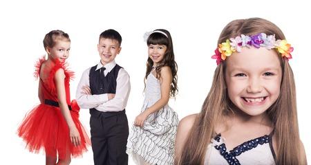 nene y nena: Grupo de ni�as felices aislados en fondo blanco