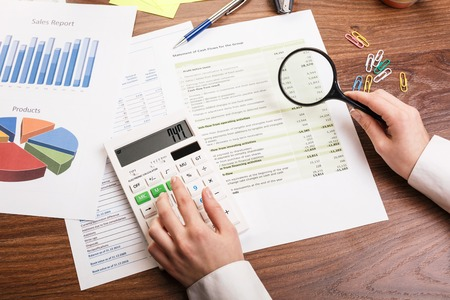 Jeune femme d'affaires travaillant dans le bureau sur la table avec des fournitures de bureau Banque d'images