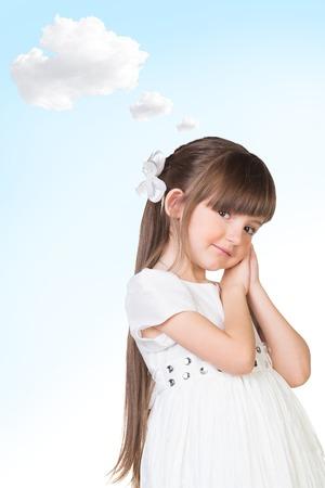 belle brunette: Belle fille souriante r�ver sur le fond bleu