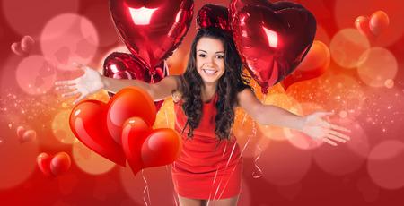 donna innamorata: Giovane donna in abito rosso si trova sul bokeh di San Valentino sfondo, concetto San Valentino