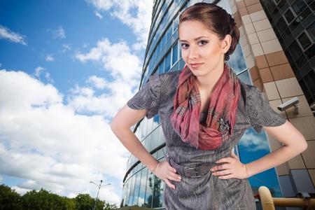 femme brune sexy: Portrait de la belle jeune femme d'affaires � l'ext�rieur de fond Banque d'images