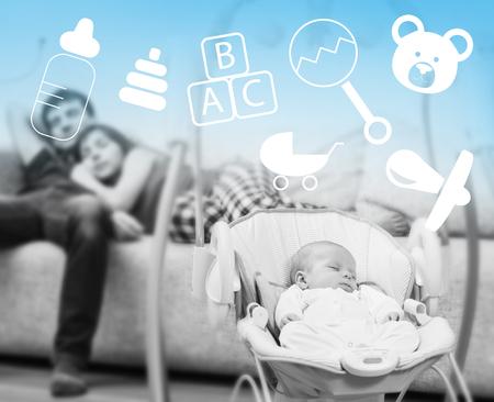 couple sleeping: El dormir recién nacido en el columpio para bebés y padres cansados ??de fondo