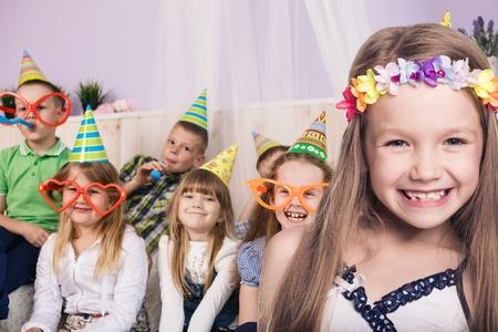 Glückliche Kinder feiern Geburtstagsparty zu Hause lächelnd Standard-Bild - 53543876