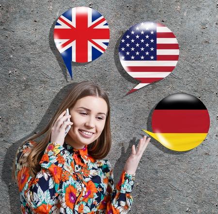 idiomas: Mujer joven rodeada por las burbujas con banderas de diferentes países. El aprendizaje de lenguas extranjeras concepto.