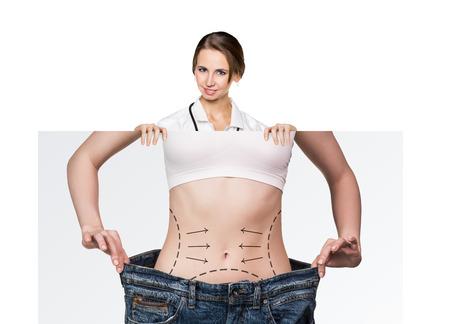 médico femenina sostiene cartel con battocks mujer y líneas de corrección en ellos. concepto de la cirugía plástica.