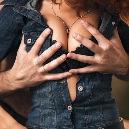 56784235-pares-de-la-pasi%C3%B3n-que-abrazan-novio-desnudando-a-su-novia.jpg?ver=6