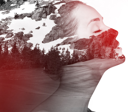 exposicion: retrato de la doble exposición de la señora atractiva combinada con la fotografía de la naturaleza.