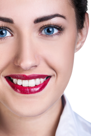 Hermosa joven cara con sonrisa perfecta. Salud dental.