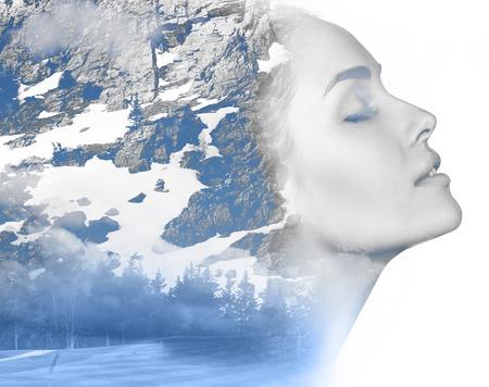 雪の山の写真と組み合わせて魅力的な女の子の二重肖像画の露出