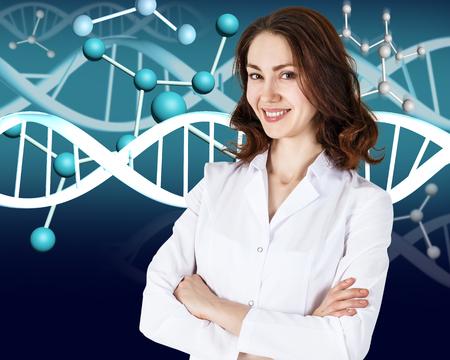 cromosoma: Doctora sonriente en capa y molécula de ADN blanco sobre fondo gris fórmula
