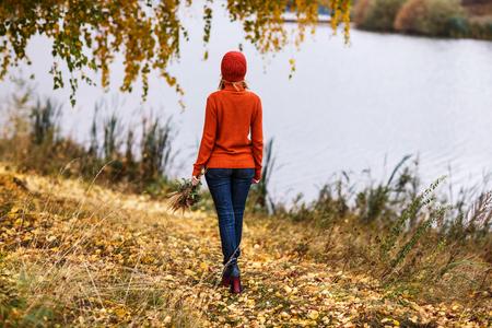 Eenzame vrouw weglopen in het herfstpark