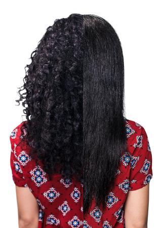 파란색 배경 위에 스트레이트링 전후의 검은 머리카락을 가진 젊은 여자 스톡 콘텐츠