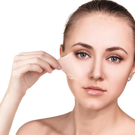 elasticidad: La mujer quita su vieja piel seca de la cara.