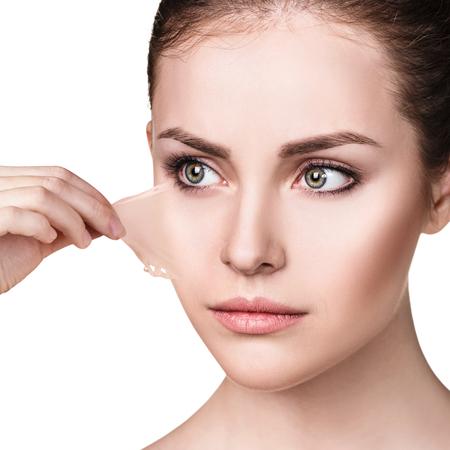 여성의 얼굴에서 그녀의 오래 된 마른 피부를 제거합니다.