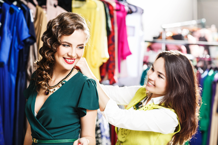 compras compulsivas: Beautiful woman trying on clothes