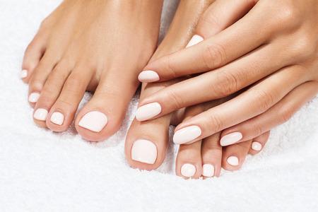 Hermosos pies femeninos sobre fondo blanco.