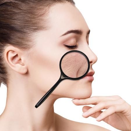 Mujer muestra wrincles mímica relacionada con la edad Foto de archivo - 79708782