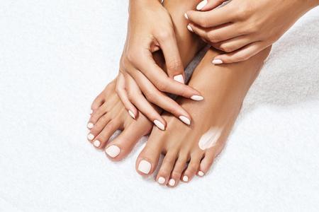 Schöne weibliche Füße mit Feuchtigkeitscreme. Standard-Bild - 79708026