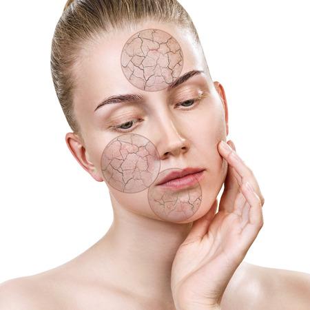 촉촉하게하기 전에 얼굴 피부를 원으로 확대합니다. 스톡 콘텐츠