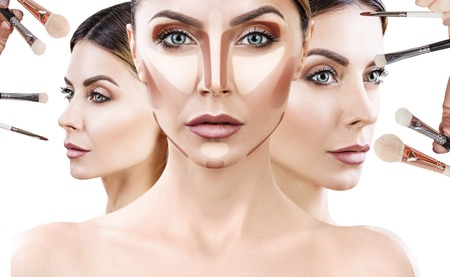 Volwassen vrouw met make-up borstels in de buurt van gezicht. Stockfoto