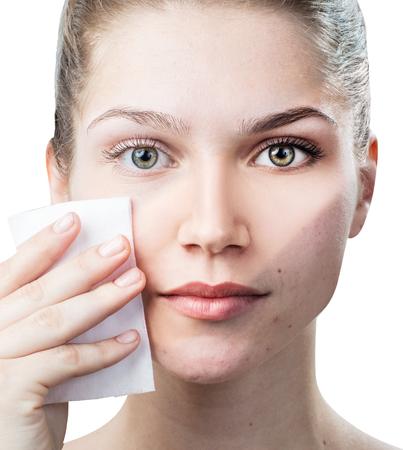 若い女性はナプキンで彼女の顔を洗浄します。