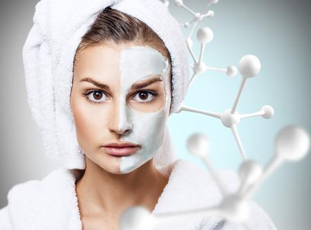Donna con maschera sul volto in catene di grandi molecole Archivio Fotografico - 85202810