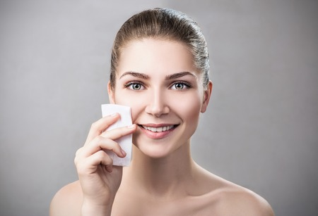 Young woman cleaning her face by napkins. Imagens - 87284543