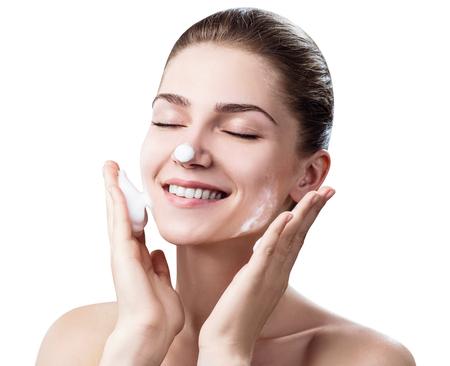 Junge Frau reinigt Haut mit Schaum Standard-Bild - 88171490