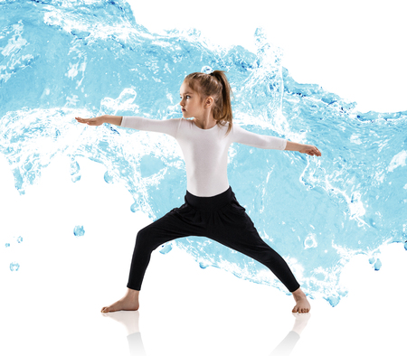 Kleines Mädchen Praxis Yoga in Wasser spritzt Standard-Bild - 96377273