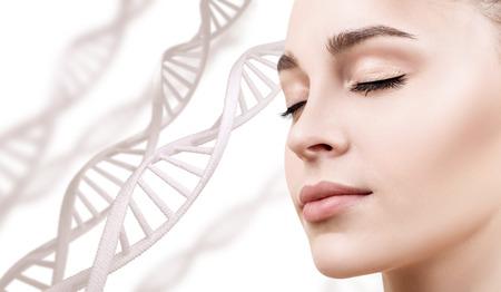 Portrait de femme sensuelle parmi les chaînes d'ADN Banque d'images