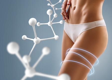 Mujer con cuerpo perfecto cerca de la cadena de moléculas grandes.