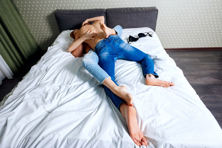 Top view on young couple playing on bed. Archivio Fotografico