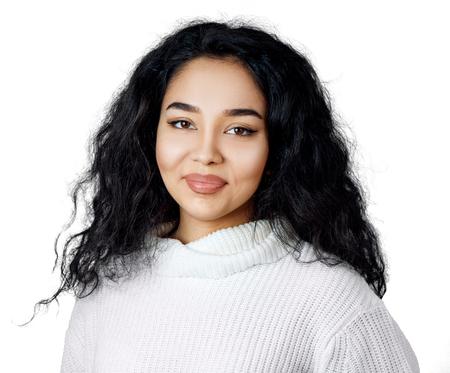 Jeune femme aux cheveux noirs bouclés.