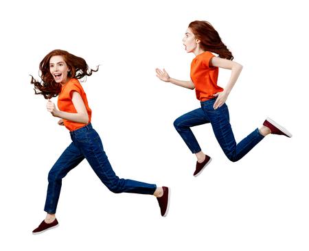 Collage d'une femme heureuse au gingembre en chemise et jeans sautant.
