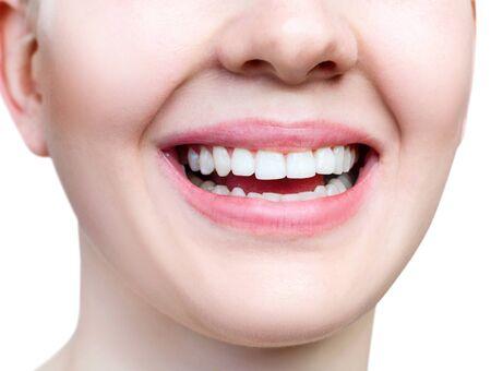 Sonrisa sana de primer plano de mujer joven. Dientes blancos perfectos.