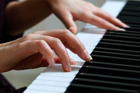 Junge Frau, die Klavier spielt Standard-Bild