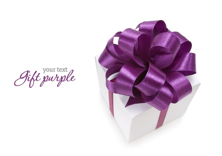 White box with purple ribbon on white background. Copyspace Imagens