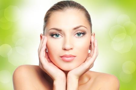 maquillaje de ojos: Cara de mujer hermosa en fondo verde de la naturaleza Foto de archivo