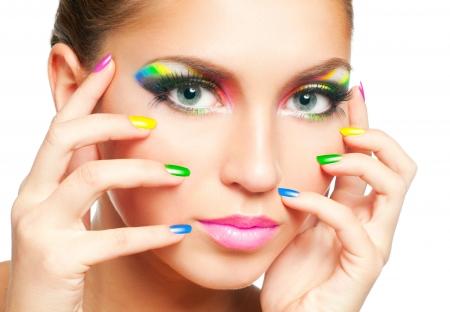 Volto di donna con arcobaleno trucco