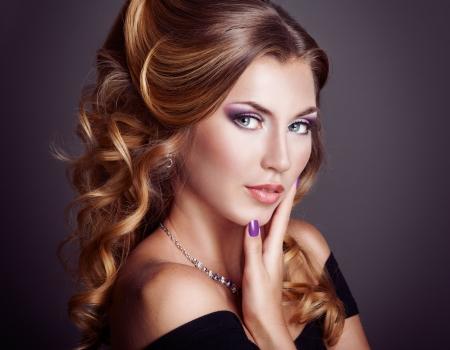 cabello rubio: Mujer hermosa con el peinado rizado Foto de archivo