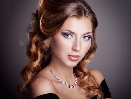 Mooie vrouw met krullend kapsel Stockfoto