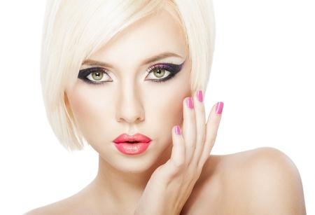 Mooie vrouw met kort blond haar, helder violet paarse make-up, lippen en manicure