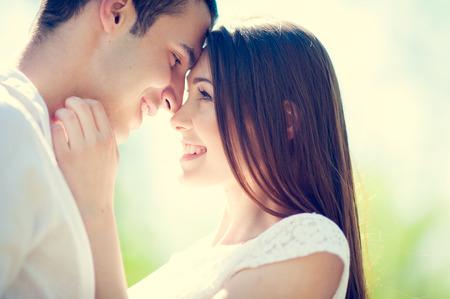 baiser amoureux: Happy smiling couple dans l'amour Banque d'images