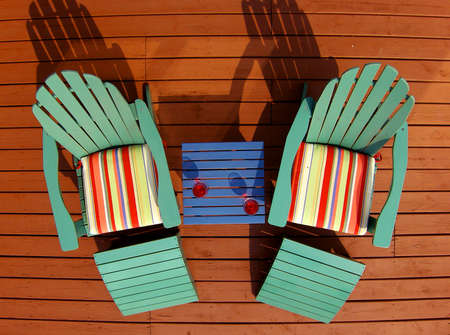 Aqua ligstoelen  Stockfoto