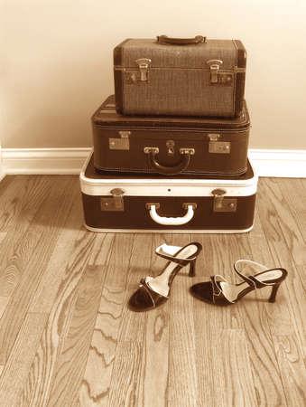 Vintage koffers met vrouwen schoenen, sepia