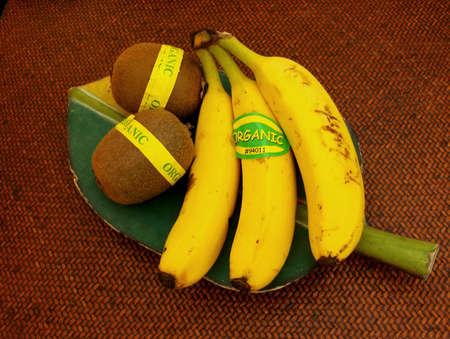 organic kiwi and bananas 版權商用圖片