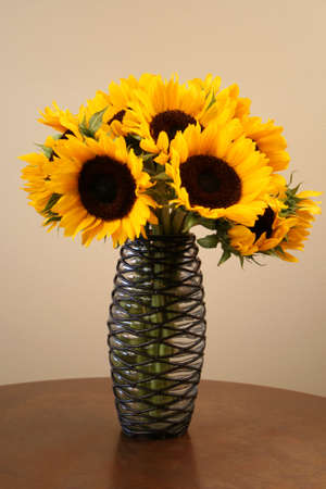 zonne bloemen in een interessante vaas
