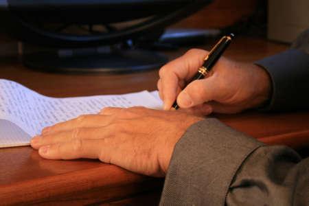 bedrijfs mans handen houden pen