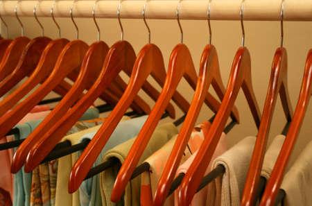 mooie lente kleding opknoping op een rek  Stockfoto